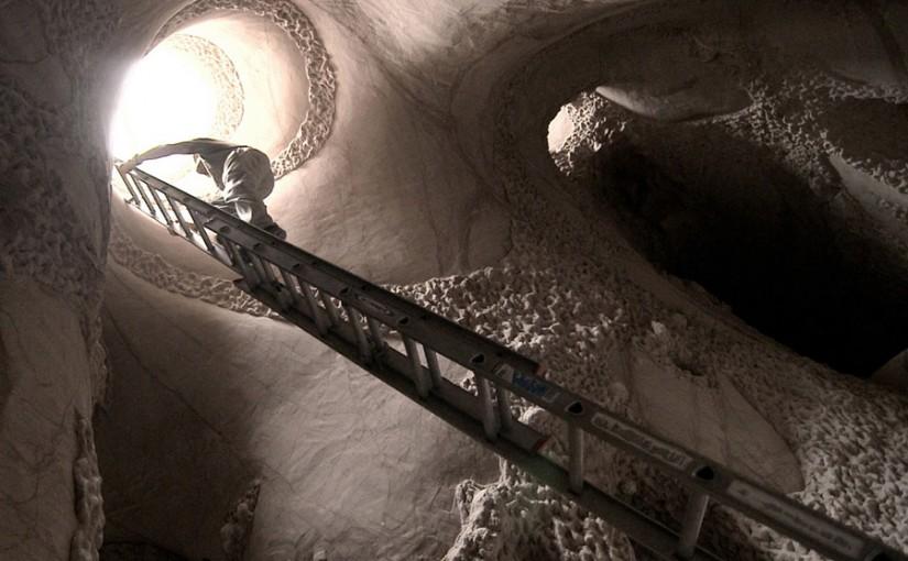 Ra Paulette en una de sus cuevas