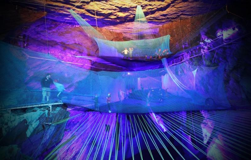 Interior iluminado de las Llechwedd Slate Caverns