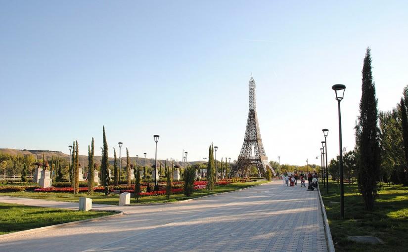 Réplica de la Torre Eiffel en el Parque Europa