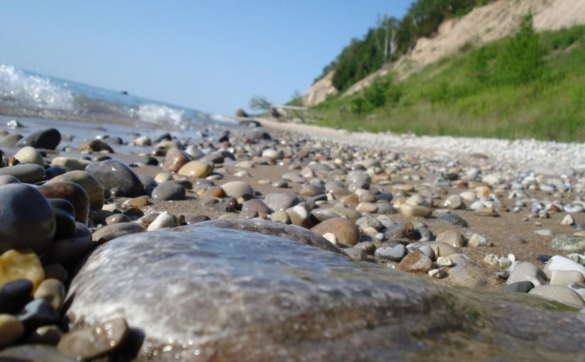 Playa del lago Michigan, donde se pueden encontrar las famosas piedras